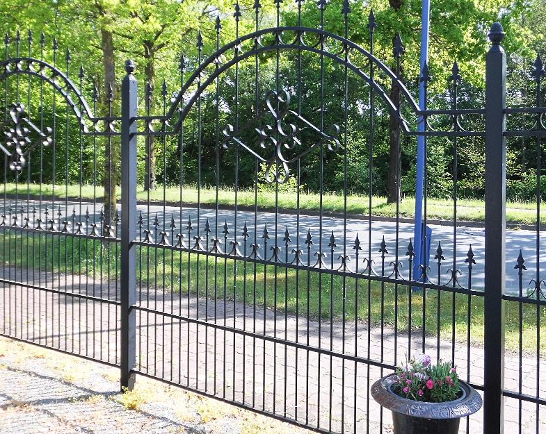 Gartenzaun Rom prächtig mit Bögen und Zierelementen.