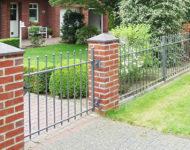 Gartenzaun Brüssel überzeugt mit zeitlosem Kugelabschluss.