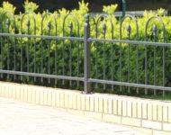 Der Gartenzaun Verona mit schlichten Bögen über Zierspitzen.